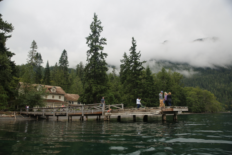 lake crescent canoe 划獨木舟經過 Lake Crescent Lodge, 餐廳就在裡面